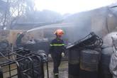 Hà Nội: Cháy lớn thiêu rụi xưởng sơn cùng ô tô đỗ ven đường