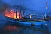 Nghệ An: Một tàu cá bốc cháy trong đêm