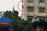 Hà Nội: Thót tim với cảnh cô gái đung đưa trên lan can nhà cao tầng và luôn mồm tri hô nhờ gọi cảnh sát