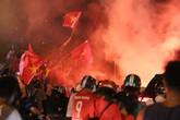 Mới đá vòng loại, CĐV vẫn đổ ra đường mừng chiến thắng của tuyển Việt Nam như thể đã được dự World Cup
