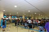 Yêu cầu khách xếp hàng làm thủ tục, nhân viên hàng không bị tát vào mặt