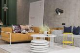Căn hộ đầy màu sắc mang đậm phong cách công nghiệp, phòng khách có tận 2 chiếc bàn trà vẫn đẹp lung linh
