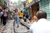 """Phố """"đường tàu"""" vẫn tấp nập người dân đến chụp ảnh sau khi Bộ GTVT đề nghị dẹp bỏ"""