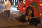 Xe máy va chạm kinh hoàng với xe khách, 2 chiến sĩ công an nghĩa vụ thương vong