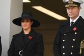 Lý do Meghan không đứng cùng Nữ hoàng và chị dâu Kate