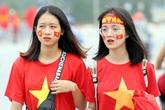"""CĐV """"nhuộm đỏ"""" quảng trường SVĐ Mỹ Đình trước trận Việt Nam - UAE"""