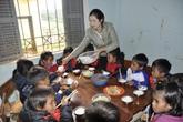 Thầy cô góp gạo, phụ huynh góp củi - chuyện lạ ở Tu Mơ Rông