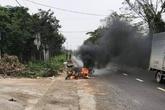 Nam thanh niên chém người còn đốt luôn xe máy của đối thủ