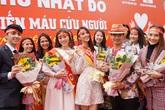 Mặc thời tiết, Hoa hậu Tiểu Vi mong manh ren trắng cùng dàn sao Việt tham dự Chủ nhật Đỏ