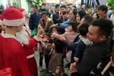 Hà Nội: Đêm Giáng sinh, vạn người ùn ùn kéo đến trung tâm thương mại đông chưa từng thấy