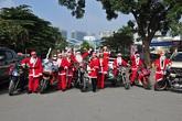 Ông già Noel cưỡi xe mô tô phân khối lớn đi tặng quà cho các bệnh nhi Viện K Tân Triều