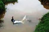 Nghệ An: Phát hiện thi thể nam thanh niên cùng xe máy dưới mương nước