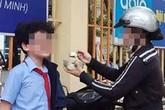 Đồng cảm từ bức ảnh mẹ đút cho con ăn trước cổng trường