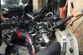 Hà Nội: Lao lên vỉa hè, xế hộp đâm hàng loạt xe máy