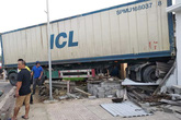 Bàng hoàng xe container lao qua dải phân cách, đâm thẳng vào nhà dân