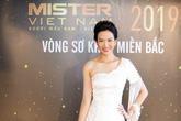 """Hoa hậu Thu  Thủy """"toát mồ hôi"""" khi phải chấm điểm dàn trai đẹp 6 múi"""