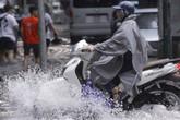 """Hà Nội: Nhiều tuyến phố trung tâm bất ngờ ngập nặng, người dân vật lộn giữa """"biển"""" nước"""