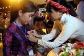 Nghìn người bật khóc trước nghi lễ bông hồng cài áo trong mùa Vu Lan báo hiếu