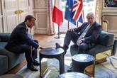 Thủ tướng Anh gác chân lên bàn trước mặt tổng thống Pháp gây tranh cãi