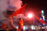 Người dân Hải Dương đốt pháo sáng ăn mừng chiến thắng của tuyển Việt Nam