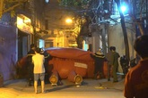Hà Nội: Người đàn ông ngoại quốc biểu hiện không bình thường trèo lên nóc nhà 7 tầng nhiều giờ