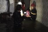 Nghệ An: Mẹ ôm con 18 tháng tuổi ngồi trên nóc tủ vì nước ngập ngang nhà, sợ hãi gọi công an giải cứu
