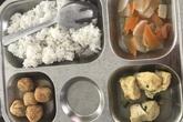 Phụ huynh phản ứng vì bữa ăn bán trú 'lèo tèo'