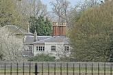 """Meghan Markle chi hơn 350 triệu đồng làm thêm hàng rào thứ ba quanh dinh thự gây ra tranh cãi trong khi chị dâu Kate lại có hành động """"cao tay"""" này"""