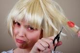 Bị bã cao su dính vào tóc đừng vội dùng kéo cắt mà hỏng cả bộ tóc, cách đơn giản sau đây sẽ giúp bạn lấy nó ra dễ dàng