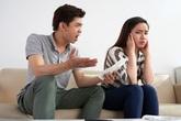 """Vừa nhận quyết định ly hôn, tôi đang bần thần suy nghĩ thì vợ cũ ném cho một tờ giấy rồi cười tươi rói: """"Em muốn anh ôm hận suốt đời"""""""