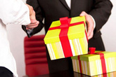 Vợ chồng lục đục cãi nhau vì tranh cãi quà Tết biếu sếp