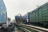 """Hà Nội: Tàu hỏa """"vò nát"""" ô tô chở cá băng qua đường ray, 1 người nguy kịch"""