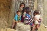 Xót xa cảnh nhiều đứa trẻ vẫn ở trần trong cái lạnh thấu xương khi Tết cận kề