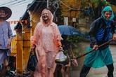 Chùm ảnh: Hội An vẫn đẹp với những nụ cười lạc quan của người dân dù nước lũ đang bao trùm phố cổ