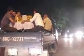 Phạt tiền và tước GPLX tài xế chở người trên thùng xe đi ăn cưới