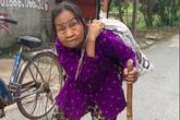 """Xúc động cụ bà gần 90 tuổi lưng còng """"cõng"""" bao quần áo đi ủng hộ người dân miền Trung"""