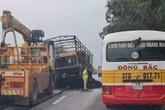 Nghệ An: Hai xe ô tô đâm trực diện rồi cháy dữ dội