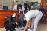 Công Vinh, Thuỷ Tiên rút cả vali tiền mặt phát cho người dân