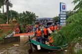 Quảng Bình khen thưởng ngư dân đưa thuyền nan vào vùng lũ cứu người