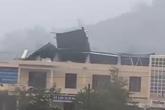 """Clip về hình ảnh gió """"bốc"""" hết mái tôn trường học ở Quảng Ngãi khiến nhiều người kinh hãi"""