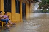 """Ảnh: Phố cổ Hội An ngập trong """"biển"""" nước, người dân chuẩn bị sơ tán"""