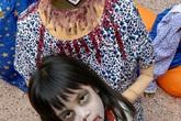 Bé gái hóa trang không đầu đi xin kẹo Halloween