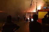 Sau tiếng nổ lớn trong mưa, lửa thiêu rụi xưởng sản xuất nến 500m2