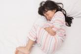 Vùng kín bé gái 4 tuổi viêm đỏ, tiết dịch khó ngửi vì... dây chun buộc tóc
