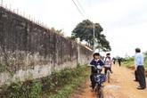 Tường rào bê tông nức toác, hơn 600 học sinh sống trong sợ hãi