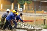 Trăm người căng sức dọn bùn ở phố cổ Hội An sau mưa lũ