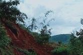 Trời nắng nhưng Nam Trà My vẫn lở núi, người đi xe máy suýt bị chôn vùi
