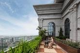 Cuộc sống đặc biệt trong cung điện đá D'. Palais Louis khiến 99,9875% người Việt mơ ước
