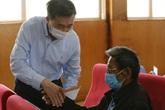 Thứ trưởng Bộ Y tế thăm và tặng quà cho người dân vùng lũ Quảng Bình