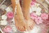 """5 """"bí kíp"""" giúp chân không bị nứt toác khô tróc mùa Thu Đông"""